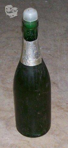 Klijai Moment , geri nesudžiūvę, supilti į stiklinį butelį.